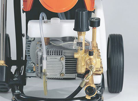 Langsamläufer-Motor und robuste Messingpumpe